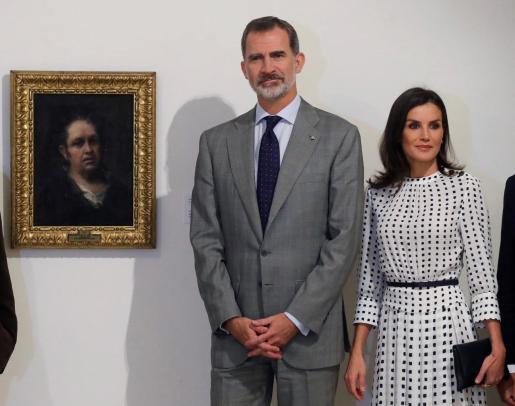 Los reyes de España, Felipe VI y Letizia, posan delante del Autorretrato de Goya, durante la visita realizada al Museo de Bellas Artes en La Habana.
