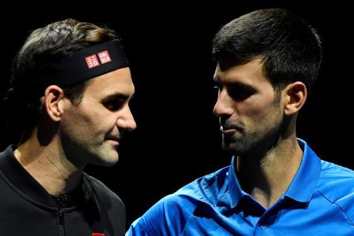 Federer y Djokovic se saludan antes de su partido en las Finales ATP de Londres.