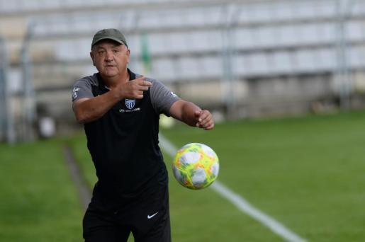 Manix Mandiola devuelve un balón durante el partido ante el Racing de Ferrol.