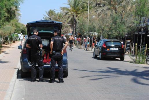 Imagen de archivo de agentes de la Policía Nacional en la primera línea de la Playa de Palma.