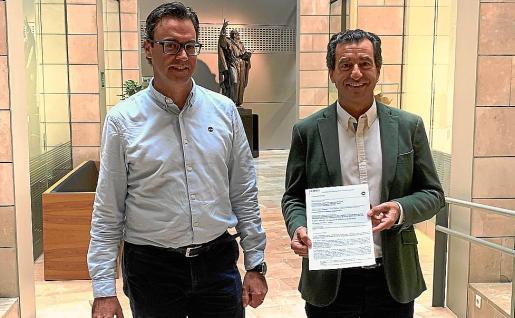 Los diputados del PP Antoni Costa y Gabriel Company, con el texto de la enmienda.