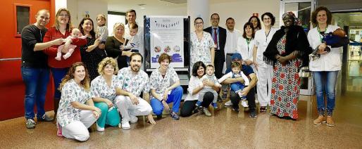 Parte del equipo de la unidad con familias de bebés prematuros. Un calcetín recuerda a cada paciente que ha pasado por allí.