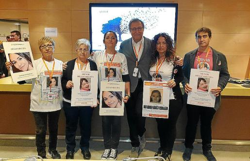 El periodista Paco Lobatón con las familias de Malén Ortiz y Olivia Encinas, este viernes en Madrid.