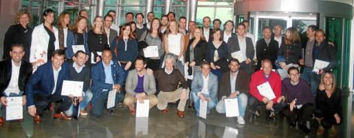 Foto de familia de los participantes en el programa finalizado el acto de entrega de los diplomas.