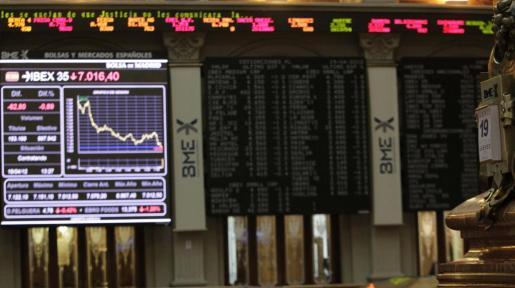 Interior de la Bolsa de Madrid, donde hoy el principal indicador de la bolsa española, el Ibex 35, ha caído por debajo de los 7.000 puntos.
