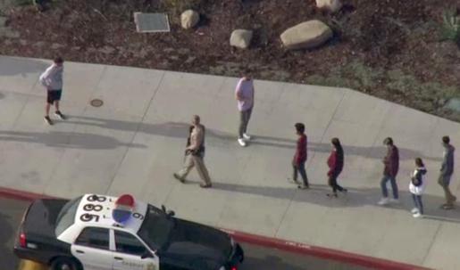 Estudiantes de la escuela de Santa Clarita, abandonando el centro tras el tiroteo registrado el pasado jueves.