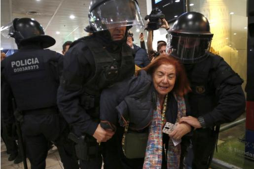 """Efectivos de la policía de los Mossos d'esquadra desalojan a la gente convocada por los CDR en estación de Sants, en una jornada de movilizaciones bajo el lema """"Bloqueo total"""", con acciones previstas en las estaciones ferroviarias de Barcelona."""