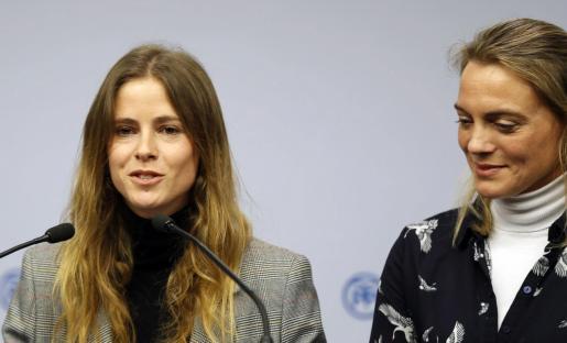 La presidenta del PP de Bizkaia, Raquel González, (d) escucha la intervención de la nueva diputada del PP por Bizkaia, Beatriz Fanjul. Imagen de archivo.