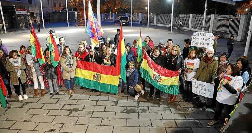 Los bolivianos sacaron las banderas a la calle para pedir paz en su país natal.