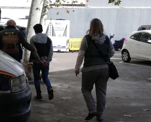 El detenido, de camino a la prisión escoltado el viernes por dos guardias civiles.