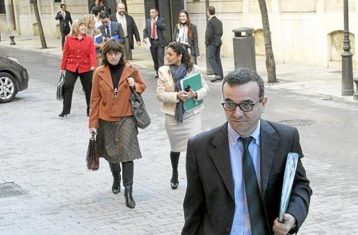 Aguiló y su equipo, incluida Marqués (con bolso y maletín), el día que presentó los Presupuestos.