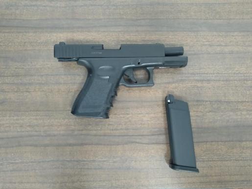 Imagen del arma utilizada para amenazar al casero, incautada por la policía.