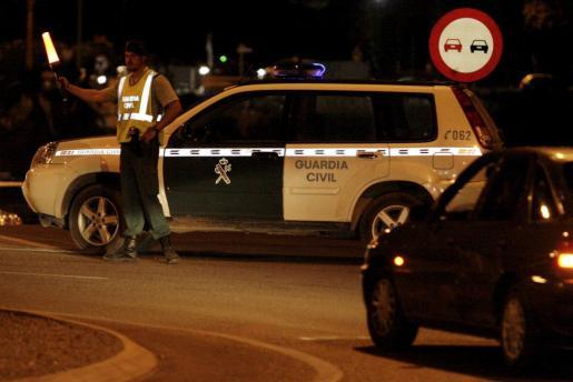 La Guardia Civil tuvo que regular el tráfico en la vía tras el accidente.