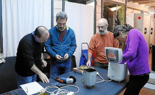 Diego reparó su radial con la ayuda de Carlos López y Luisa, su panificadora, con la ayuda de Alberto Aparicio.