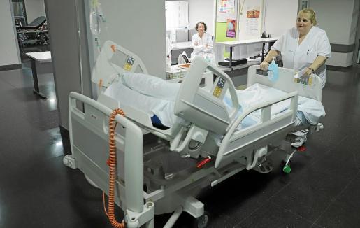 Sin los celadores no se haría ni una cirugía ni una prueba diagnóstica y, sin embargo, apenas se les tiene en cuenta