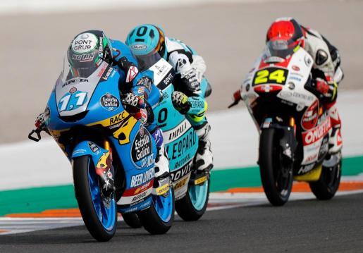 """El piloto español de Moto 3, Sergio García ,izquierda, (Estrella de Galicia), ganó la carrera en el circuito """"Ricardo Tormo"""" de Cheste (Valencia), última prueba del mundial de motociclismo."""