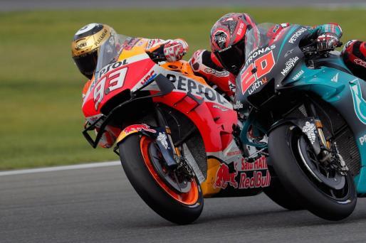 """El piloto español y campeón del mundo, Marc Márquez (i) seguido por Fabio Quartararo (d) durante la prueba de Moto GP que se disputa en el circuito """"Ricardo Tormo"""" de Cheste."""