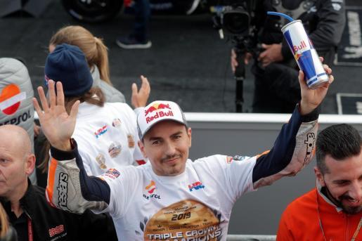El piloto español de Moto GP, Jorge Lorenzo, se despide de la competición tras finalizar la carrera que se ha disputado en el circuito 'Ricardo Tormo'.