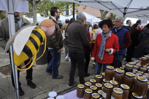 Las cientos de personas que se acercaron a Llubí pudieron probar una gran variedad de miel.