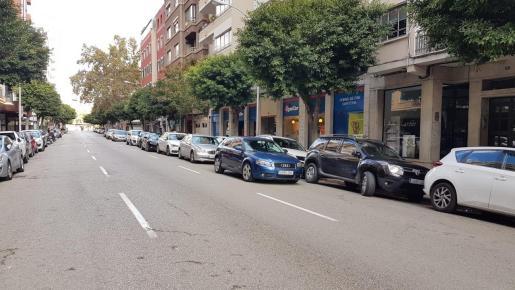 A las 14.41 horas de este domingo, 9 coche en doble fila en la calle Ramón y Cajal.