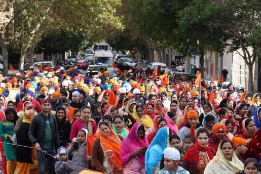 Centenares de sijes de todas las edades salieron a la calle en una animada marcha.