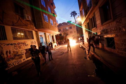 Manifestantes protestan en una calle residencial en el centro de Santiago (Chile).