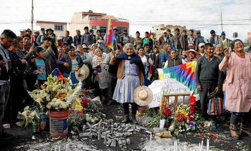 Partidarios del expresidente boliviano Evo Morales lloran la muerte de un hombre en Sacaba, cerca de Cochabamba.