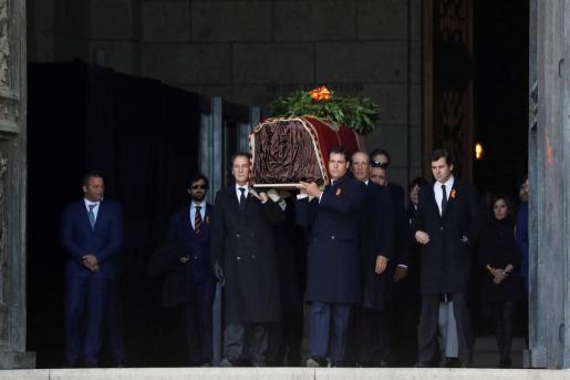 Momento en que la familia de Franco saca el féretro del exdictador del Valle de los Caídos.