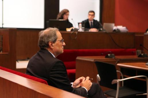 El president de la Generalitat, en el banquillo del Tribunal Superior de Justicia de Cataluña, donde ha sido citado para declarar por no retirar símbolos independentistas del balcón del Palau de la Generalitat.