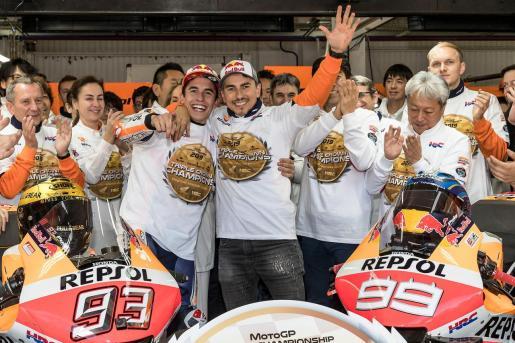 Marc Márquez y Jorge Lorenzo celebran el título de campeones del mundo por equipos del Repsol Honda.