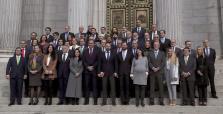 El presidente de Vox, Santiago Abascal, y los otros 51 diputados de Vox