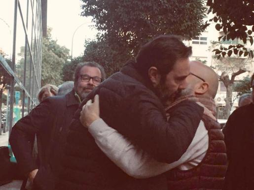 Miguel López abraza amigo salida juzgado.