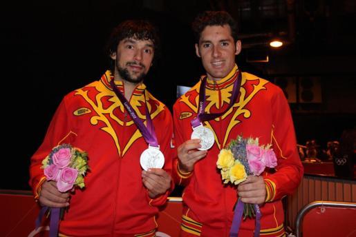 Sergio Llull y Rudy Fernández posan con la plata olímpica lograda en Londres 2012.