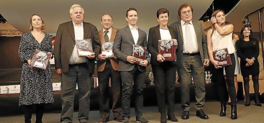 Las entidades colaboradoras recibieron un premio especial. En la imagen, Antonia Ponseti (CaixaBank), Rafael Roig (Autocares Roig), Pep Zaforteza (Son Termes), Ricardo Muntaner (Coca-Cola), Carmen Serra (Grup Serra), Miquel Bestard y Pilar Herrera (Air Europa).