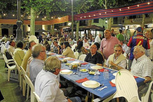 Imagen de archivo de una cena de la peña barcelonista en la plaza.