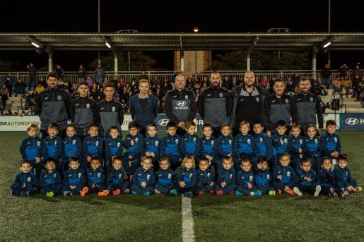 Los jugadores de la Escoleta del ATB posan con sus técnicos y el presidente Ingo Volckmann.