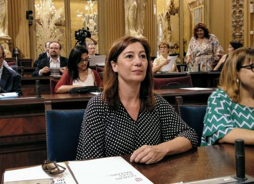 La presidenta del Govern, Francina Armengol, en el pleno del Parlament.