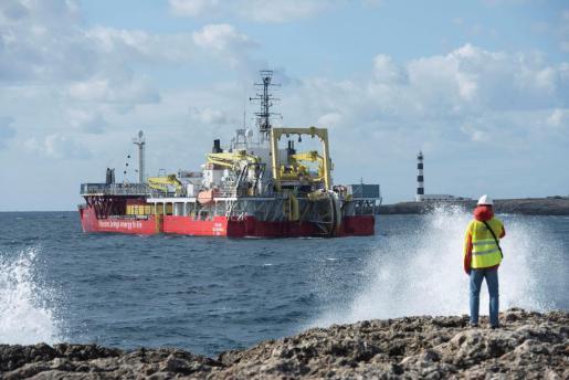 Obras de tendido del cable submarino entre Mallorca y Menorca.