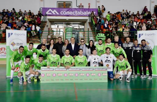 La plantilla y técnicos del Palma Futsal posan con las autoridades y patrocinadores en Calvià.
