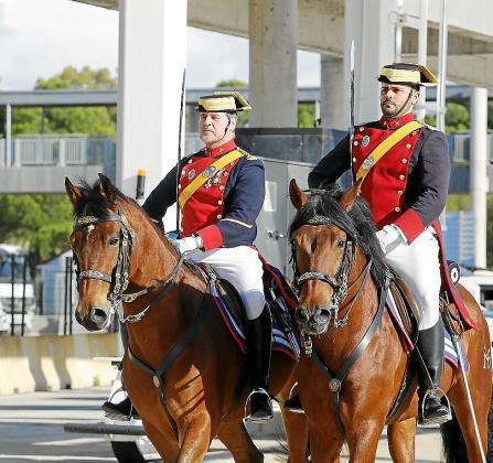 Dos miembros del Escuadrón de Caballería llegado de Madrid.