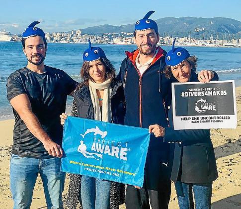 Representantes del grupo conservacionista pusieron este martes de manifiesto en la playa de Can Pere Antoni su preocupación por el futuro de los tiburones marrajos dientusos.