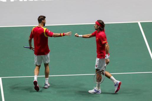 Los tenistas españoles Marcel Granollers (i) y Feliciano López en el partido de dobles contra los rusos Karen Khachanov y Andrey Rublev,.