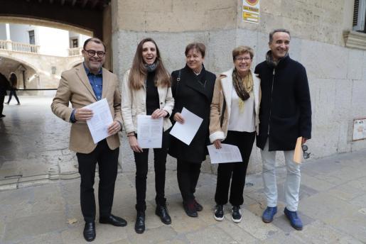 Los diputados y senadores del PSIB y Unidas Podemos recogen sus credenciales.