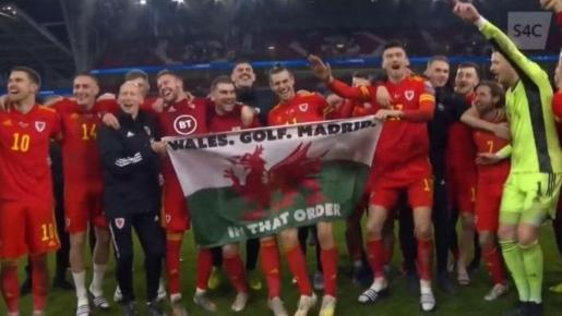 Bale posa con la bandera de 'Gales, golf, Madrid, en ese orden'.