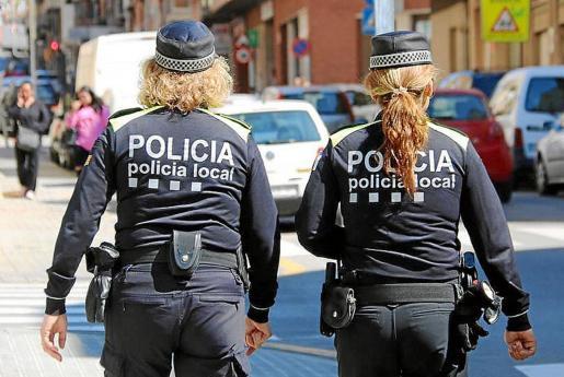 Imagen de archivo de dos policías locales patrullando.