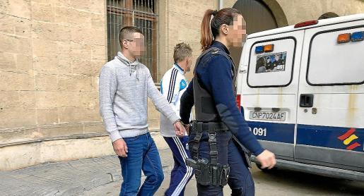 El empleado de la residencia, custodiado por una policía nacional, ayer en los juzgados de Palma.