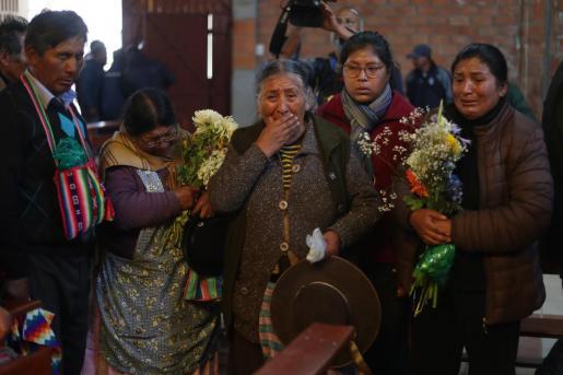 Familiares de los fallecidos durante los disturbios en la ciudad boliviana El Alto asisten al velorio este miércoles de las víctimas en la parroquia San Francisco de Asís, en la ciudad de El Alto.