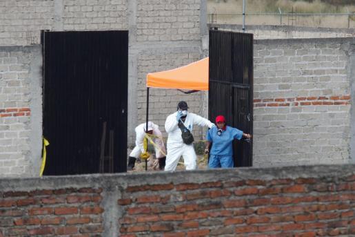 Peritos forenses y de la Fiscalía General del Estado trabajan en una fosa clandestina en el municipio de Tlajomulco, en el estado de Jalisco (México).