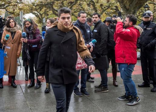 Raúl Calvo, uno de los tres exjugadores del Arandina Club de Fútbol acusados de agredir sexualmente a una menor, a su llegada este jueves a la Audiencia Provincial de Burgos.