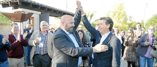 Jaime Martínez iza el brazo de Gabriel Company en el pasado congreso del PP, donde Company fue elegido presidente.